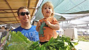 אבא וילד קונים ירק במשק רמי קנטור