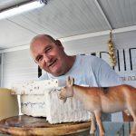 מכירה ישירה של גבינות יוגורט מחלב עזים שוק איכרים רמת השרון משק רמי קנטור