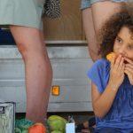 ילדה אוכלת מנגו מכירה ישירה משק רמי קנטור