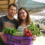 זוג שמח עם סל תוצרת חקלאית טריה מהמכירה הישירה ברמת השרון